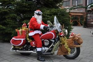 weihnachtsmann-auf-motorrad-in-wilhelmshaven-8880f69c-4017-4b6f-ae33-3972505417de